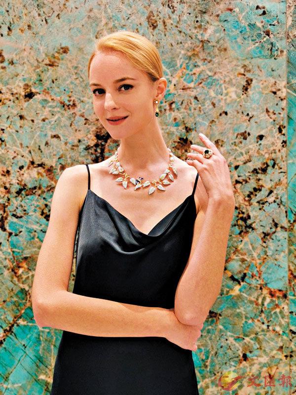 ■Tiffany & Co.全新傳奇設計系列,模特兒戴的是18K黃金及鉑金鑲鑽石Monarque項鏈。