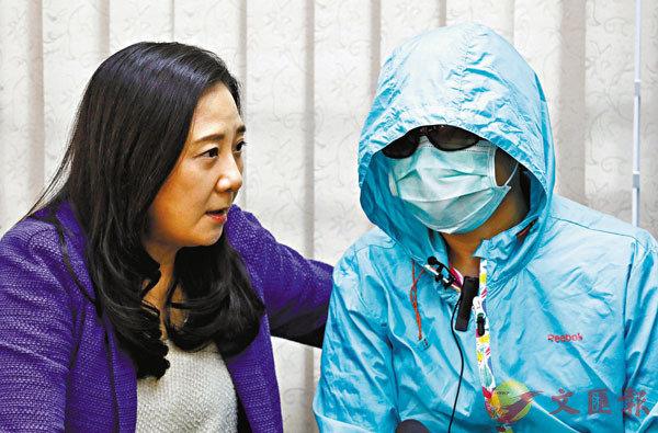 ■遭縱火嚴重燒傷李先生的太太(右)講述她的丈夫現在情況。左為葛珮帆議員。 香港文匯報記者 攝