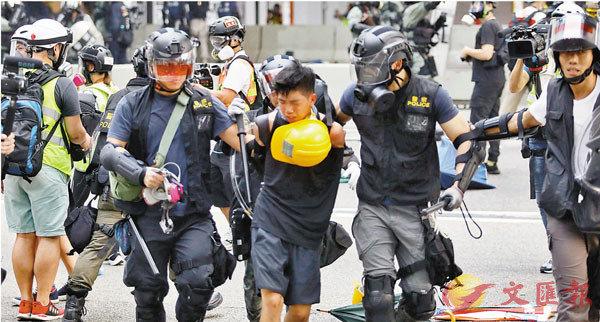 ■中央多次強調香港要止暴制亂,需要行政、立法和司法互相配合。圖為警制服暴徒 資料圖片