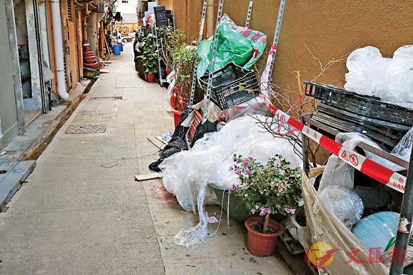 ■旺角洗衣街239號旁邊一條橫巷的一堆雜物中發現74枚汽油彈。 香港文匯報記者 攝