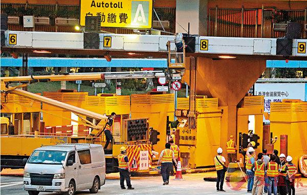 ■工程人員挑燈檢修紅隧設施,為今晨復通作準備。 香港文匯報記者  攝