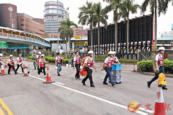 ■ 昨日紅十字會人員參與理大自行組成的工作小組進入校園尋找拒降暴徒。香港文匯報記者  攝