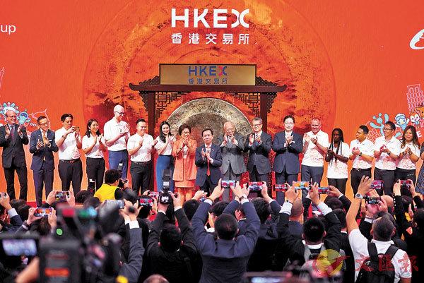 ■董建華、陳茂波、史美倫、張勇及蔡崇信等共同見證阿里巴巴昨日回歸香港市場的歷史一刻。 中新社