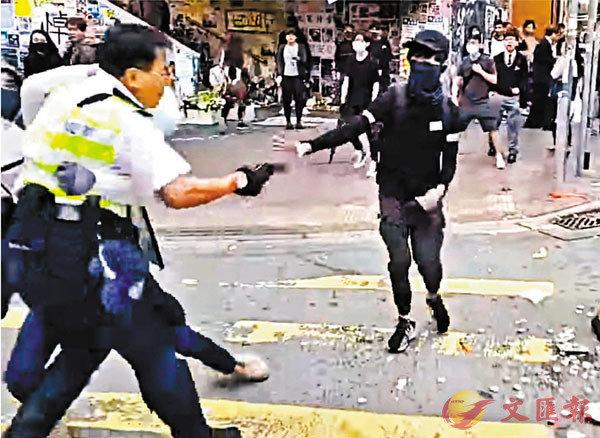 ■李家超昨日指出,如果手槍落在不法之徒手上,可以造成人命死傷。圖為一名交通警員生命受威脅被迫開三槍自衛。 資料圖片