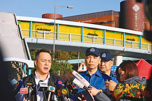 ■助理警務處長周一鳴(左)表示,在理大內搜出大量汽油彈和危險化學品,如發生爆炸,後果不堪設想。香港文匯報記者  攝
