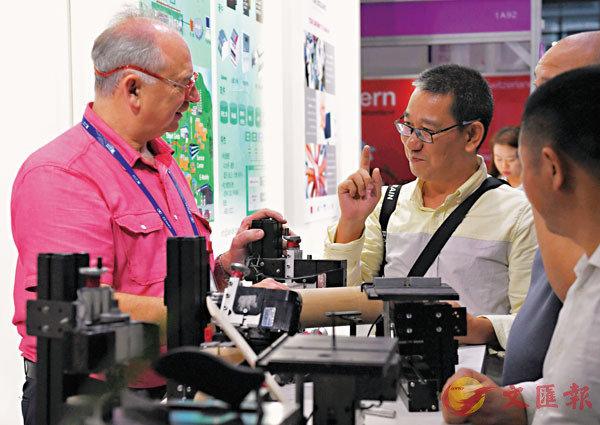 ■中共中央、國務院日前發佈《意見》,要求擴大先進技術、設備和零部件進口。圖為14日在深圳開幕的第二十屆高交會,來自40多個國家、地區的組團帶來逾千項新產品。 資料圖片