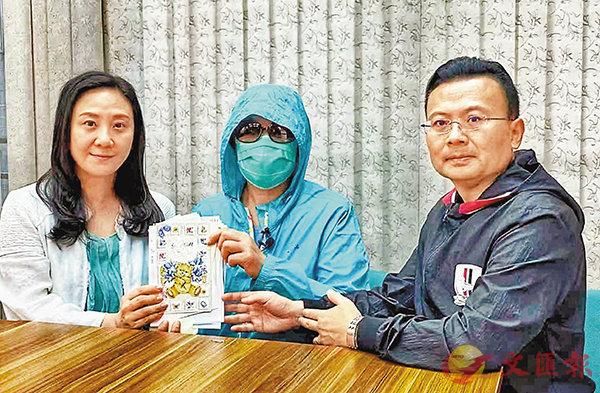 ■葛珮帆(左)日前和陳勇(右)再次與李太到醫院探望李先生,並已把第二批代收的支票和慰問卡親手交了給李太。