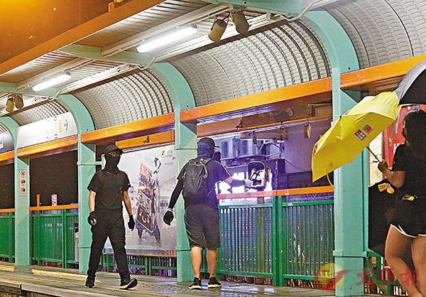 ■泛暴派持續煽動下,香港多處的交通設施遭受破壞,圖為暴徒破壞元朗豐年路輕鐵站八達通機。 資料圖片