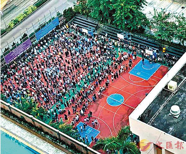 多區被指票站職員允許多名年輕人重複排隊。圖為屯門卓爾居人龍。 資料圖片