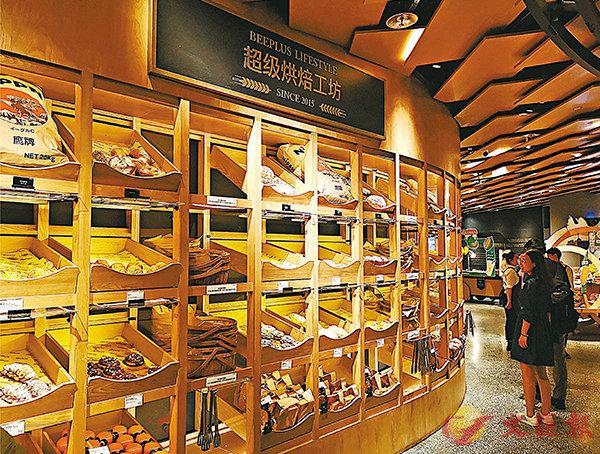 ■一面牆的麵包供顧客選購。