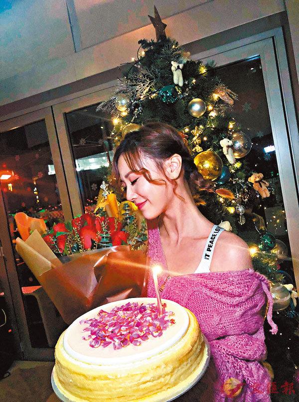 ■朱晨麗獲神秘人送上玫瑰花及蛋糕。