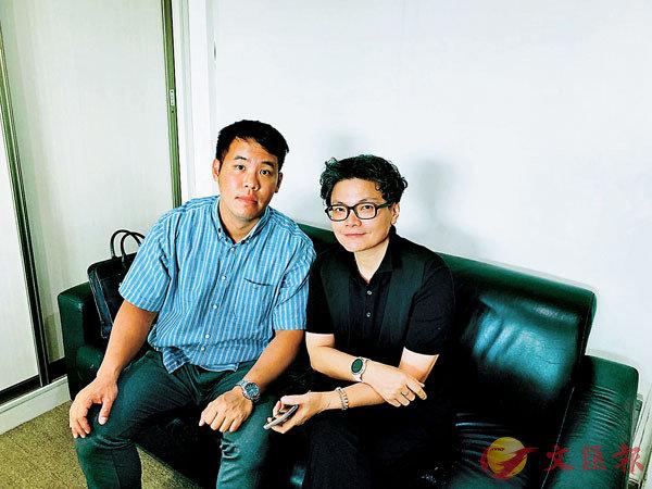 ■香港居民劉智(左)及台灣居民黃素靜點讚社保新政策。香港文匯報記者郭若溪 攝