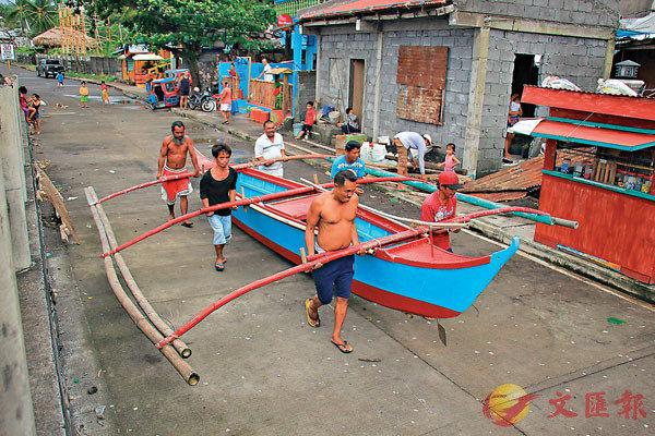■民眾為颱風做好準備。 法新社