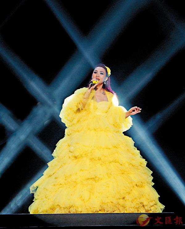 ■黎瑞恩穿上黃色低胸裙。