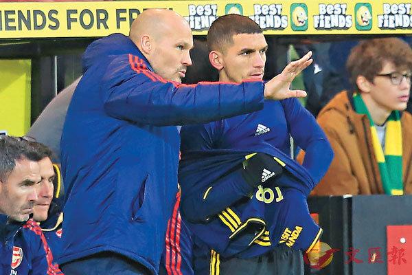 ■龍格保(左)向後備上陣的中場球員盧卡斯托拉拿作出指示。  法新社