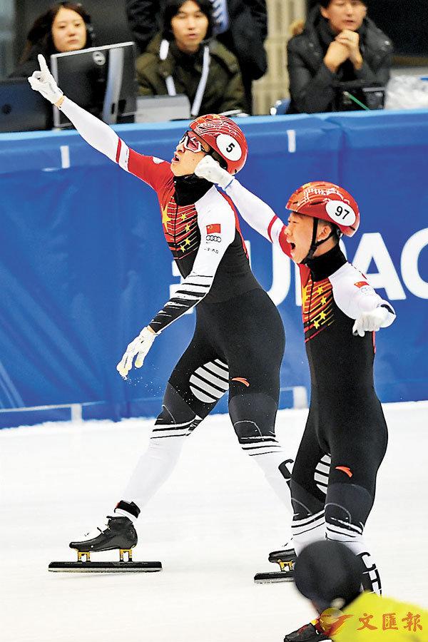 ■武大靖(左)衝過終點後與隊友安凱慶祝。 新華社