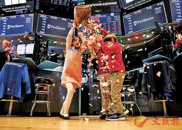 ■投資者對於經濟前景擔憂降溫。美國股市繼續保持�L勢,三大指數再次創出歷史新高。 路透社