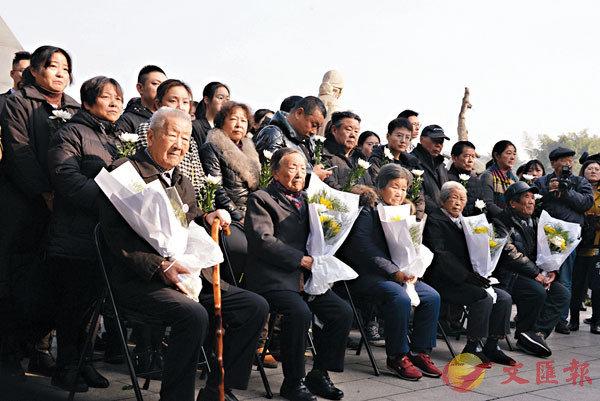 ■南京大屠殺死難者遺屬進行家祭。 香港文匯報記者賀鵬飛  攝