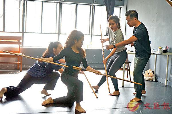 ■黃俊達(右)指導舞者排練。 陳儀雯 攝