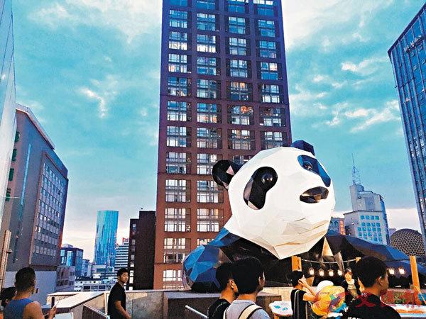 ■成都IFS的原創爬牆熊貓IP吸引消費者一路上到商場最頂樓。 網絡圖片
