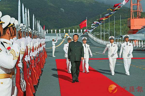 12月17日,中國第一艘國產航空母艦山東艦在海南三亞某軍港交付海軍。習近平出席交接入列儀式並登艦視察。 新華社