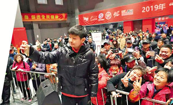 ■孫穎莎與參賽者互動。  香港文匯報記者馮雷 攝