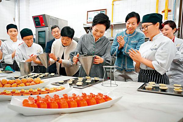 ■彭麗媛在澳門旅遊學院參與製作葡式蛋撻。中通社
