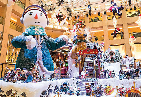 ■身高4.5米的大雪人是置地廣場聖誕小熊村莊的標誌物。
