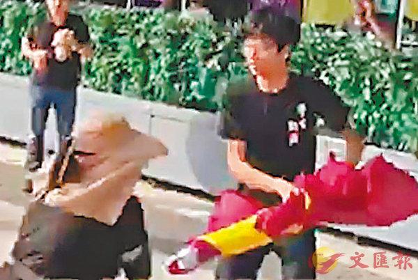 ■鍾翰林當日涉搶去「保衛香港運動」成員的國旗並將之毀壞。 視頻截圖