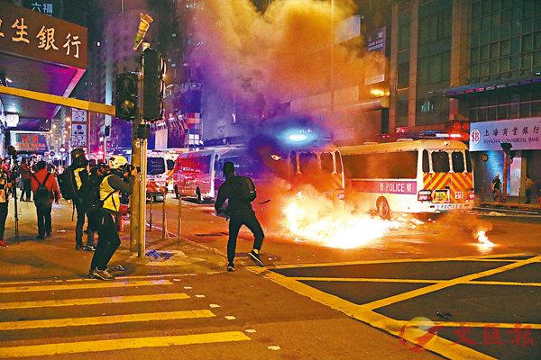 ■平安夜,旺角,彌敦道、亞皆老街交界警車被擲汽油彈。 香港文匯報記者  攝