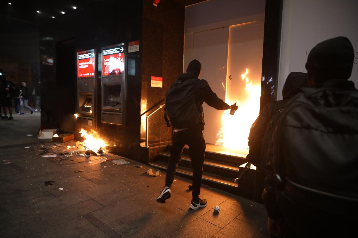 警方宣布民陣遊行提前結束 現場驚現幼童黑衣人