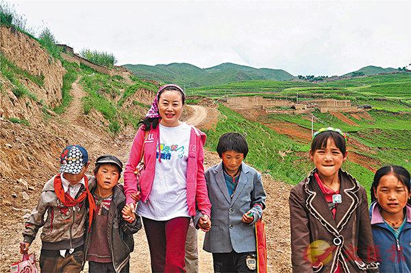 ■ 孩子們都親切地稱董紅梅為「董媽媽」。 受訪者供圖