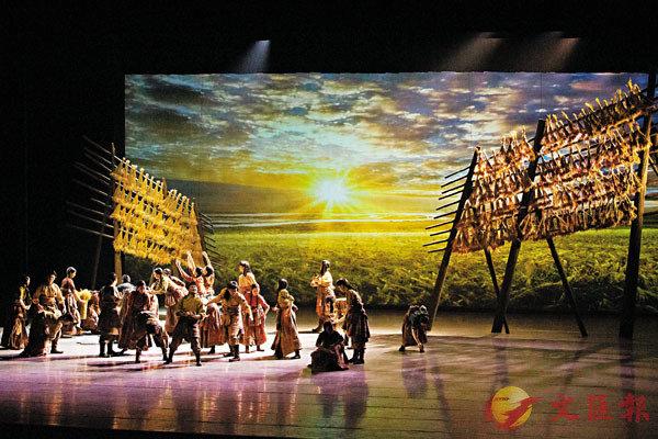 ■「走四方-中國舞協『深入生活、扎根人民』采風創作活動五周年紀念演出」中由北京舞蹈學院教育學院演出的群舞《青稞》,場面壯麗,反映藏族人民真實生活。
