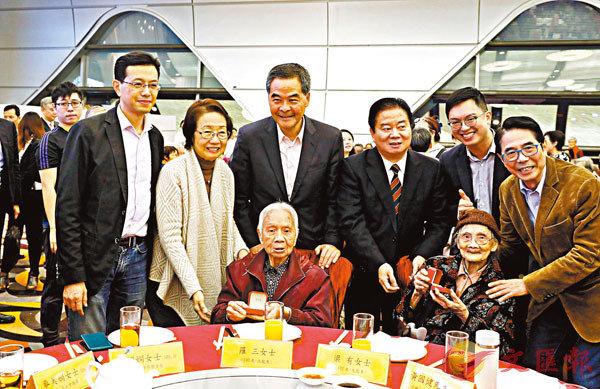 ■梁振英、吳秋北、林龍安等與長者歡聚慶新春。 香港文匯報記者  攝
