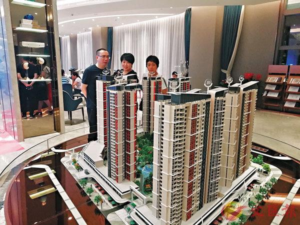 ■港人北上到深圳買樓的趨勢或會繼續維持一段時間。圖為鹽田佳兆業廣場三期售樓處。