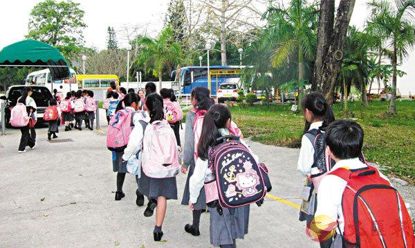 ■教育局昨日公佈,會透過學校向家長派發「學生津貼」申請表格及核實學生身份。圖為學生放學情況。 資料圖片