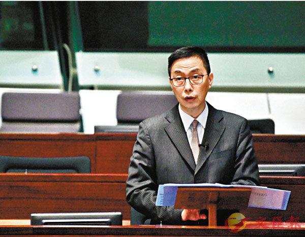 ■楊潤雄出席立法會會議,回應議員提問。 中通社