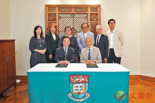 ■田家炳基金會主席田慶先(前右)與張翔(前左)簽訂捐款協議。 港大供圖