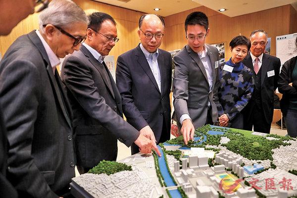■陳帆與新鴻基及聖公會福利協會高層等參觀「同心村」模型。 香港文匯報記者  攝