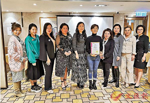 ■金紫荊女企業家協會首長向講者頒發感謝狀。