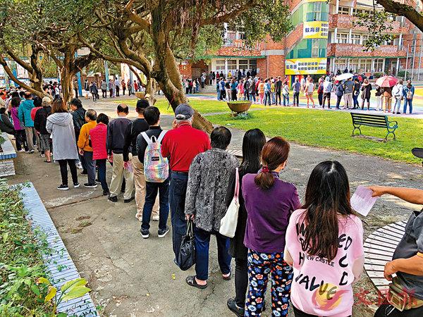 ■2020年台灣地區領導人選舉11日舉行。圖為新北市一處投票所外民眾排隊等待投票。 中央社