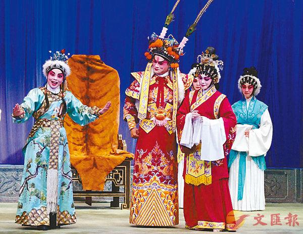 ■黎耀威飾左賢王、梁心怡飾蔡文姬、梁翠珊飾胡兒,演出親情一幕。