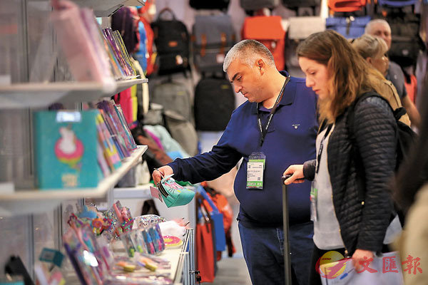 ■ 調查顯示家長會在網上選購玩具,但同時也喜歡在玩具店選購。