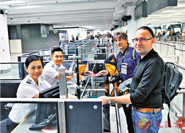 ■中國政府和香港特區政府有權允許或不允許誰入境。圖為香港入境櫃�^。資料圖片