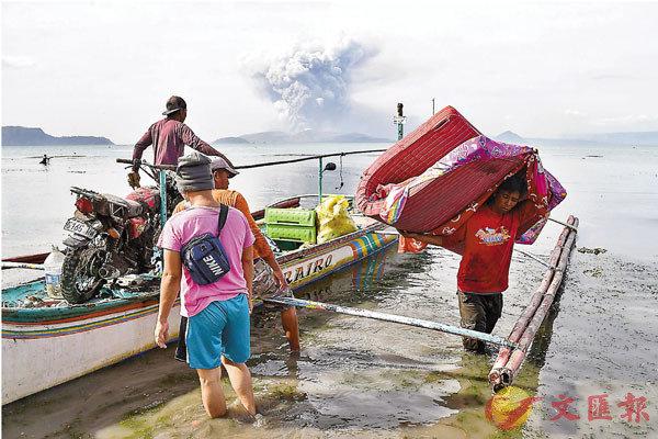 ■ 部分居民乘船離開。 法新社