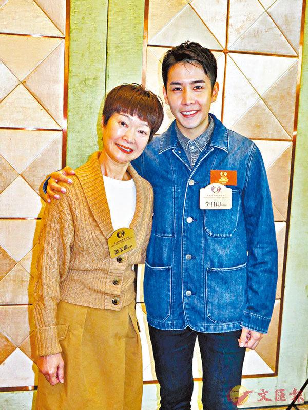 ■譚玉瑛(左)與李日朗出席活動獲頒健康藝人獎。