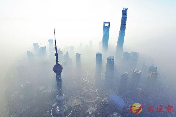 ■ 中國銀保監會表示,有個別的中小機構目前風險還比較高,而且風險正在暴露。圖為上海浦東金融區。 資料圖片