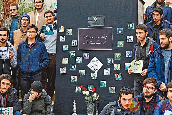 ■ 伊朗學生在德黑蘭大學為烏克蘭航班失事的罹難乘客舉行追悼會,其間貼出部分遇難者照片。 法新社