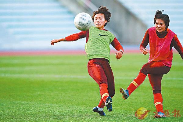 ■王霜(左)隨中國女足進行訓練。資料圖片