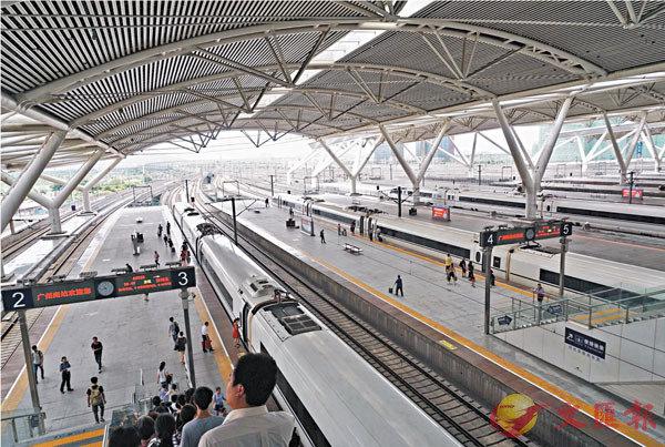 ■廣州將以實現高鐵直接進入市中心為目標,在廣州南站與廣州站之間修出一條連接線。圖為南站的高鐵停靠站。 資料圖片